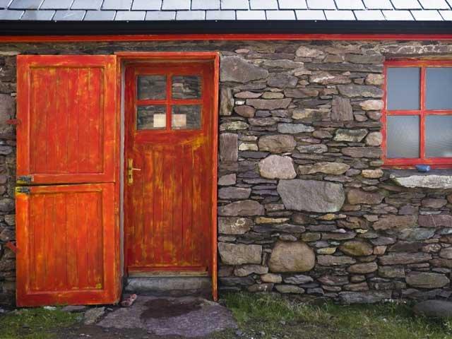 algemeen stenen huis met rode deur