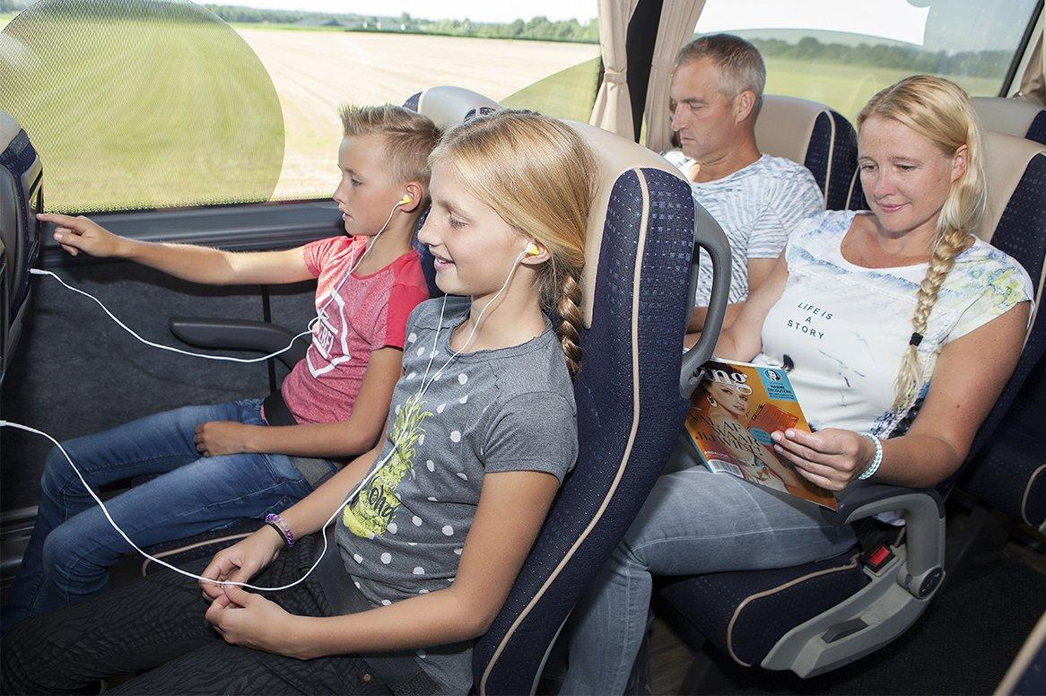 <b>Tourist Class bus</b> Deze reis zal worden uitgevoerd per Kidsbus of Tourist Class Bus (dit wordt per vertrekdatum aangegeven).    Kenmerken Tourist Class Bus: - aantal zitplaatsen varieert van 48 t/m 61 stoelen met onderlinge afstand van 75 cm - comfortabele stoelen met luxe bekleding - ruim verstelbare rugleuning en voetsteun - uitklapbare tafeltjes met bekerhouder - airco en warmteregeling - persoonlijke leeslampjes met LED-verlichting - toilet  - milieuvriendelijke Euro-5 of Euro-6 motoren  <b>Kidsbus</b> Reizen per Kidsbus is ideaal voor het hele gezin. De bus is voorzien van een multimediasysteem. Dit houdt in dat elke passagier een eigen multimedia scherm heeft. Hierop kun je (Disney) films kijken en muziek luisteren. Daarnaast is er gratis wifi (200mb per klant) aanwezig in de Kidsbus. Per vertrekdatum staat aangegeven welke bus rijdt (Kidsbus of tourist class bus). Houd er rekening mee dat het in vakanties kan voorkomen dat je heen gaat met de  Kidsbus en terug met een tourist class bus of andersom. Waarom per Oad (Kids)bus  - geen tol- en benzinekosten  - geen file stress  - eigen multimedia scherm  - gratis 200mb Wifi in de bus