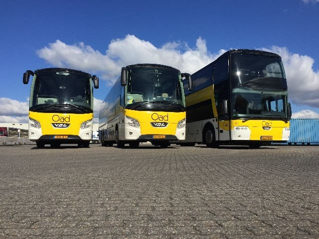<b>Tourist Class bus</b> Onze bussen voldoen aan alle geldende eisen wat betreft veiligheid, comfort en milieu. Wij leggen de lat alleen nog iets hoger. Zo is Oad aangesloten bij de Stichting Keurmerk Touringcarbedrijf, zijn we ISO 9001 gecertificeerd en worden de bussen uitstekend onderhouden door onze eigen gespecialiseerde monteurs.   <b>Kenmerken Tourist Class Bus:</b> • aantal zitplaatsen varieert van 48 t/m 61 stoelen met onderlinge afstand van 75 cm • comfortabele stoelen met luxe bekleding • ruim verstelbare rugleuning en voetsteun • uitklapbare tafeltjes met bekerhouder • airco en warmteregeling • persoonlijke leeslampjes met LED-verlichting • audio DVD Multimedia systeem (LCD-schermen) • toilet  • milieuvriendelijke Euro-5 of Euro-6 motoren