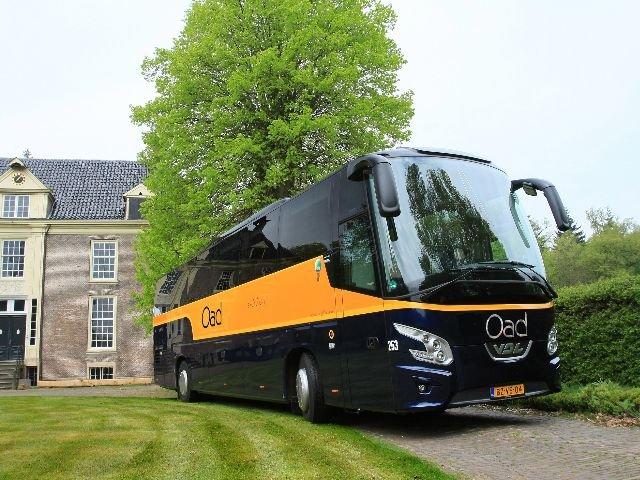 <b>Excellent bus</b> Reizen in kleiner gezelschap wordt steeds populairder evenals comfort tijden de reis. Oad biedt daarom het hele jaar door een groot aantal reizen aan met de Excellent bus. U reist dan met maximaal 34 personen. Een vakantie met deze luxe bus is een geweldige ervaring. En zoals een van onze reizigers deze bus een omschreef: 'Dit is een vijfsterrenhotel op wielen'. Op alle Excellent-reizen kunt u gebruik maken van wifi.  <b>Kenmerken Excellent Bus:</b> • aantal zitplaatsen 34 met onderlinge afstand van 85 cm • comfortabele leren fauteuils  (ook zijwaarts verstelbaar) • ruim verstelbare rugleuning en voetsteun • uitklapbare tafeltjes met bekerhouder • airco en warmteregeling • persoonlijke leeslampjes met LED-verlichting • 230V stopcontacten • per stoel een eigen entertainmentsysteem waarmee u films kunt kijken of muziek luisteren  • LCD-schermen en laptop aansluiting • een camera aan de voorzijde van de bus geeft u een blik op de weg via uw eigen scherm • gelijkvloers toilet achterin de bus. U hoeft de trap niet af   • keuken met o.a. koelkast, vriezer, koffiezetapparaat en magnetron • extra zitje met vier stoelen en tafel bij de keuken • gratis Wifi aan boord  (per week max. 250mb download en 100mb upload) niet van toepassing in de volgende landen: Andorra, Bosnië&Herzegovina, Macedonië, Montenegro, Servië, Zwitserland, Rusland en Oekraïne • milieuvriendelijke Euro-6  of Euro- 5 motoren