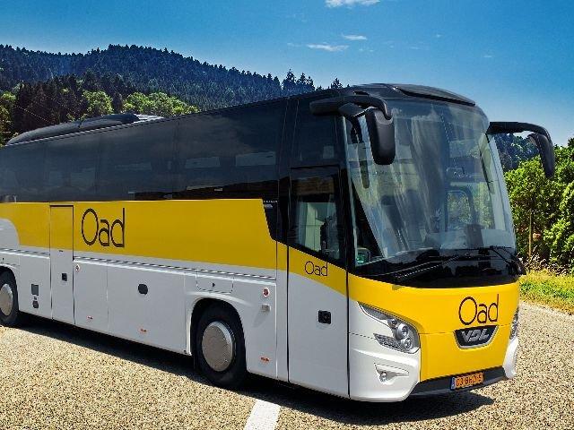 Kenmerken Comfort Class bus: - aantal zitplaatsen variërend van 36 t/m 48 met onderlinge afstand van 85 cm - comfortabele stoelen met luxe bekleding - ruim verstelbare rugleuning en voetsteun - uitklapbare tafeltjes met bekerhouder - airco en warmteregeling - persoonlijke leeslampjes met LED-verlichting - audio DVD Multimedia systeem (LCD-schermen) - toilet  - milieuvriendelijke Euro-5 of Euro-6 motoren - een aantal bussen hebben per zitplaats een USB-aansluiting voor het opladen van uw telefoon of iPad