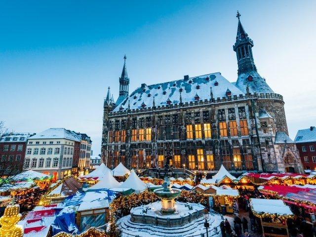 Aken - Kerstmarkt voor stadhuis