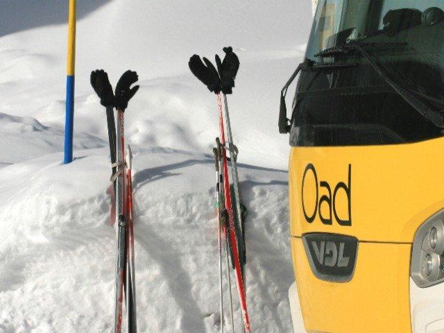 Oostenrijk - Wildermieming, een Oad bus met langlaufstokken in de sneeuw