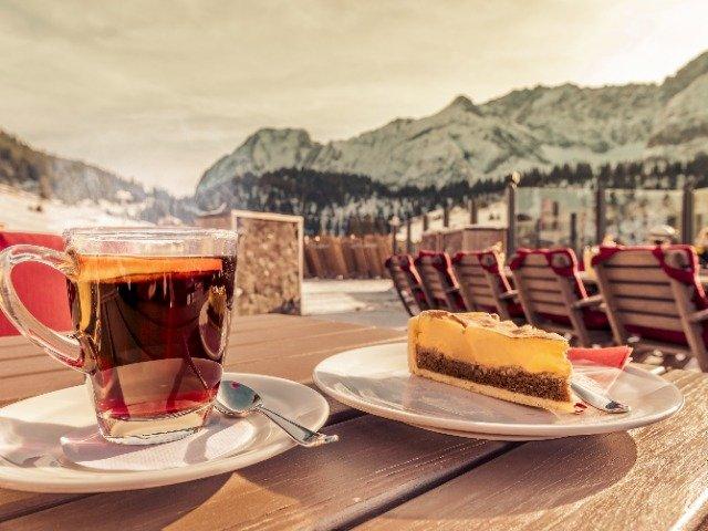 Een warme kop thee met een gebakje in de bergen