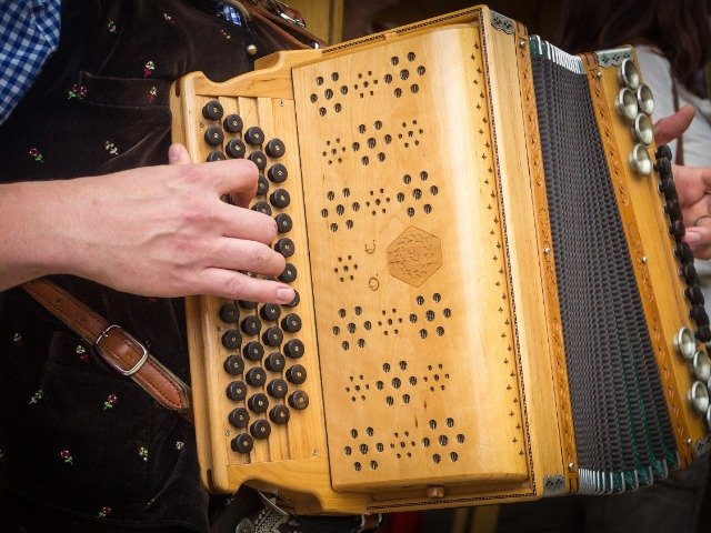 Oostenrijk - Accordeon speler in klederdracht