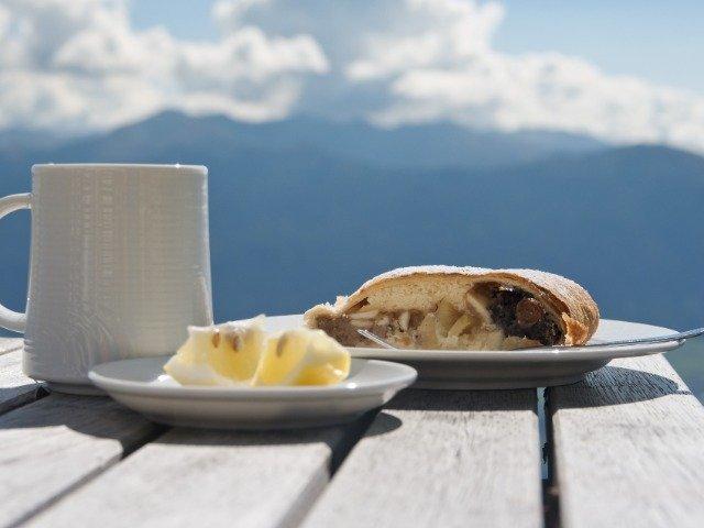 Oostenrijk - Apfelstrudel met een warm drankje in de Alpen