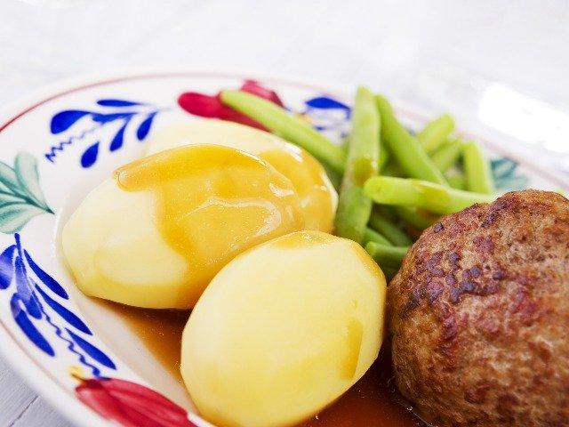 Nederland - Hollandse maaltijd op een Boerenbont bord