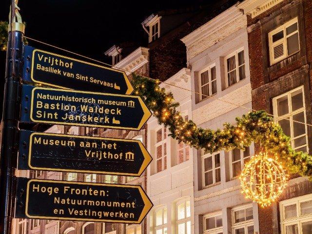 Nederland - Maastricht, wegwijzer bij het Vrijthof