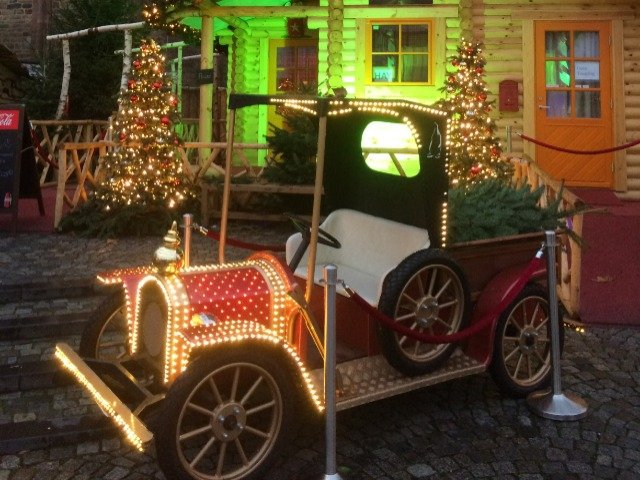 Nederland - Santa's Car op de kerstmarkt in Maastricht