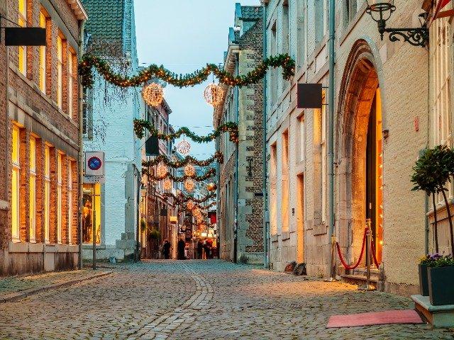 Nederland - Versierde winkelstraat in Maastricht