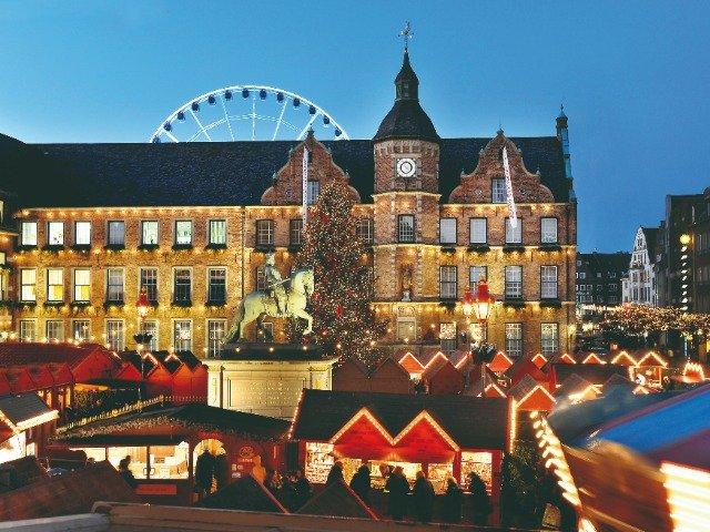 Duitsland - Kerstmarkt voor het stadshuis in Düsseldorf