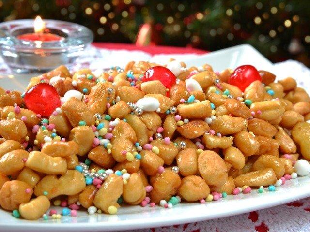 Italië - Struffoli, kleine gefrituurde deegballetjes met honing