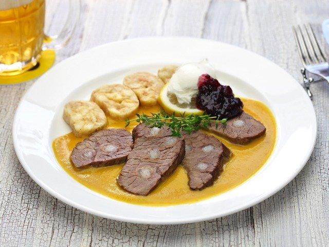 Svíčková - Vlees in roomsaus met brood dumplings