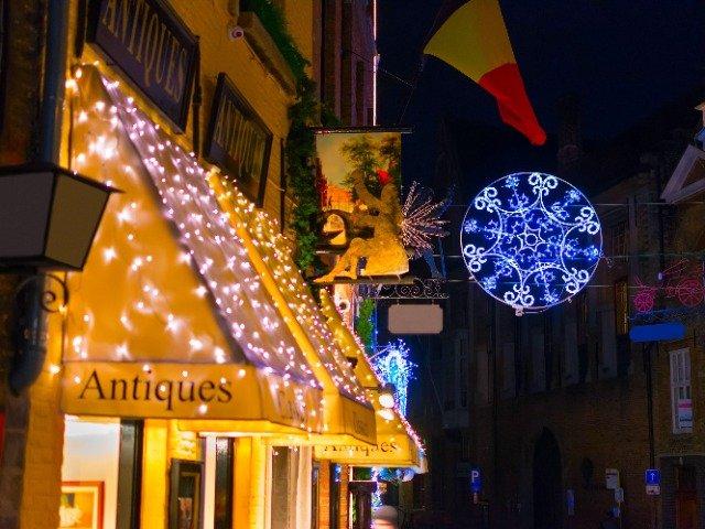 België - Versierde straat in Brugge