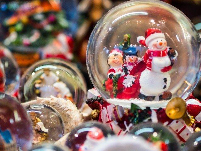 Sneeuwglobes op de kerstmarkt