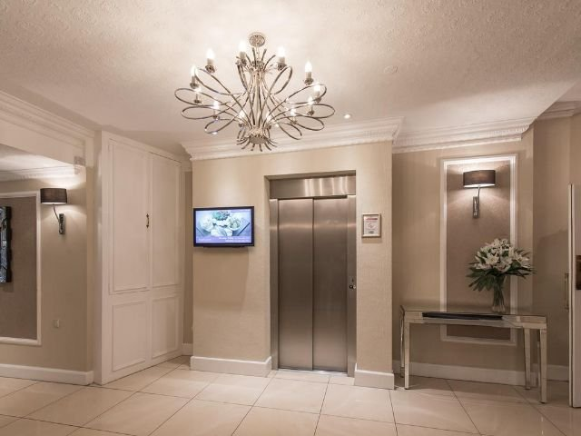 Barnstaple - The Royal & Fortescue Hotel - lift