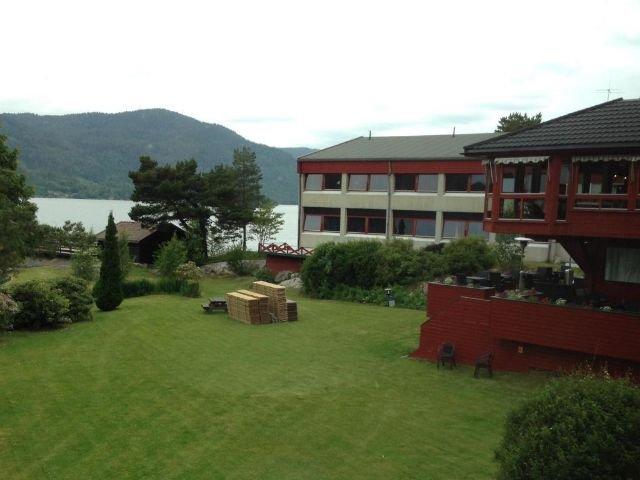 Noorwegen - Setesdal - Revsnes Hotel Byglandsfjord tuin