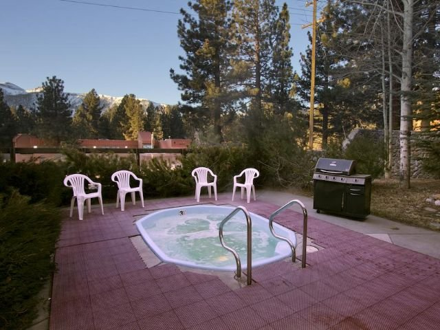 Sierra Nevada Lodge - hot tub