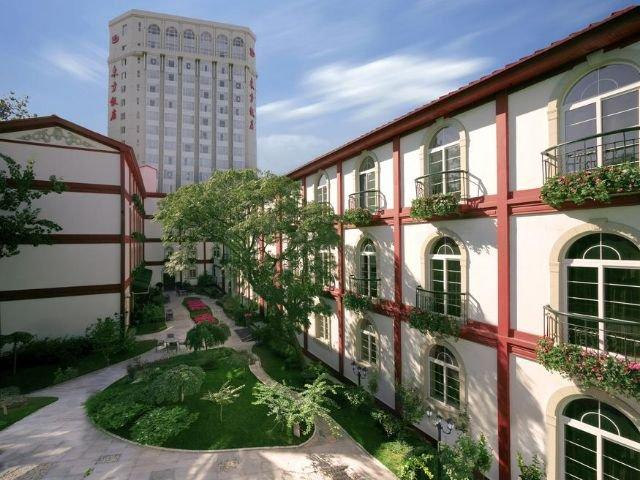Dong Fang Hotel - vooraanzicht