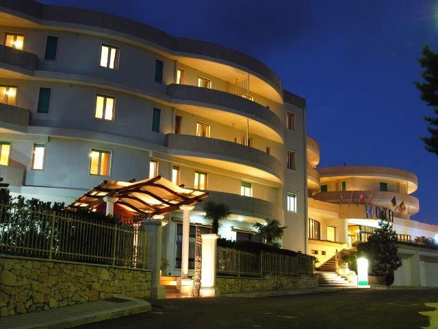 Cisternino - Hotel Lo Smeraldo **** - hotelaanzicht