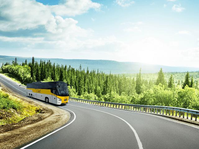 <b>Comfort Class bus</b> Onze reizen worden uitgevoerd per Comfort Class Bus en een aantal reizen bieden we aan met onze Excellent bus (dit wordt per vertrekdatum aangegeven).   Onze bussen voldoen aan alle geldende eisen wat betreft veiligheid, comfort en milieu. Wij leggen de lat alleen nog iets hoger. Zo is Oad aangesloten bij de Stichting Keurmerk Touringcarbedrijf, zijn we ISO 9001 gecertificeerd en worden de bussen uitstekend onderhouden door onze eigen gespecialiseerde monteurs.   <b>Kenmerken Comfort Class Bus:</b> • aantal zitplaatsen variërend van 36 t/m 48 met onderlinge afstand van 85 cm • comfortabele stoelen met luxe bekleding • ruim verstelbare rugleuning en voetsteun • uitklapbare tafeltjes met bekerhouder • airco en warmteregeling • persoonlijke leeslampjes met LED-verlichting • audio DVD Multimedia systeem (LCD-schermen) • toilet  • milieuvriendelijke Euro-5 of Euro-6 motoren • wifi aan boord bij alle rondreizen, wandelreizen en fietsvakanties (niet van toepassing in de volgende landen: Andorra, Bosnië&Herzegovina, Macedonië, Montenegro, Servië, Zwitserland, Rusland en Oekraïne) • een aantal bussen hebben per zitplaats een USB-aansluiting voor het opladen van uw telefoon of iPad