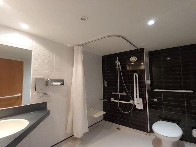 Groot-Brittannië - Crawley - Holiday Inn Express Gatwick Crawly - voorbeeldkamer douche