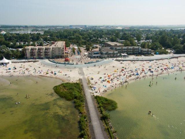 Makkum - Beach Hotel de Vigilante - hotel aanzicht
