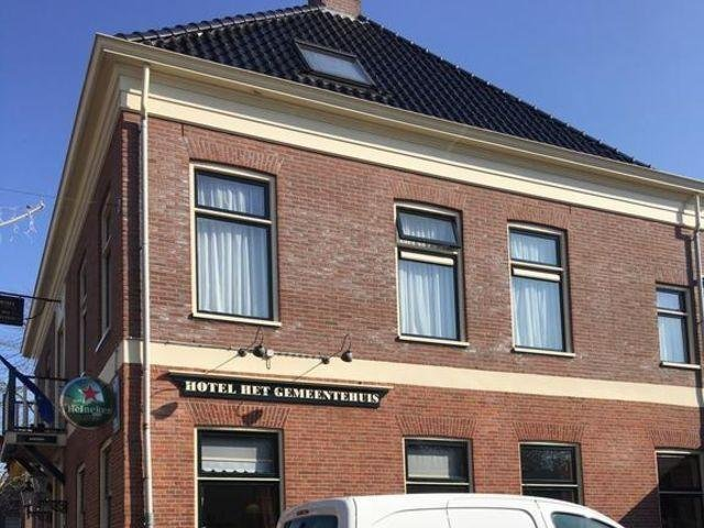 Uithuizen - Hotel het Gemeentehuis - hotel aanzicht